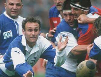 1991: joueur de Bègles-Bordeaux, Laporte à l'action contre Béziers en demi-finales du championnat. Victoire 13-12, direction la finale !