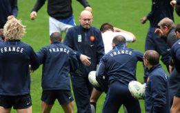 2007: entrainement à la tête du XV de France lors de la Coupe du Monde. Il atteindra 2 fois les demi-finales de cette compétition et gagnera 4 tournois des VI Nations avec les Bleus.