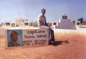 Sur la tombe de Thomas Sankara le 19 avril 1997