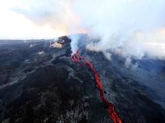 Lave s'écoulant du cratère du Piton de la fournaise.RICHARD BOUHET / AFP