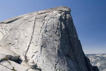 Le Demi Dome est l'attraction principale du parc de Yosemite, en Californie ! La plupart des randonneurs mettent plus de dix heures à le monter et le redescendre !