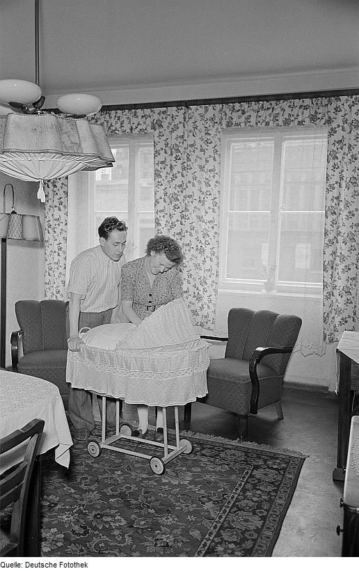 Mann und Frau mit Kinderwagen, Leipzig 1952