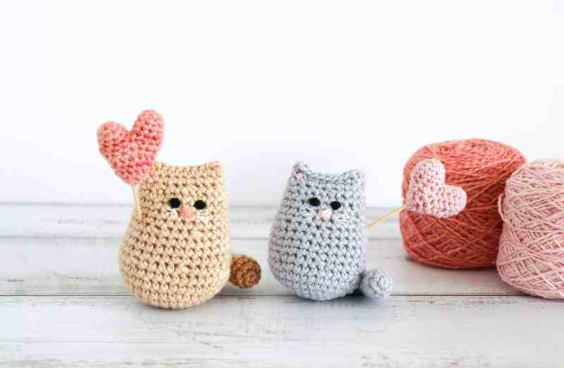 Crochet valentine cat, two cute crochet cats with hearts