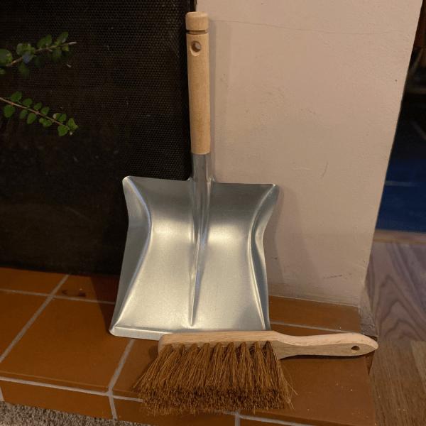 metal shovel / dustpan