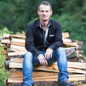 Bild Thorsten Haug auf Holzstapel