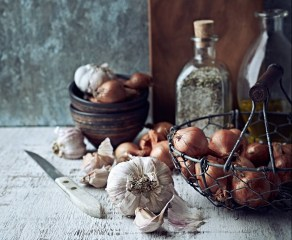 garlic-rich-in-allicin-eat-your-way-healthy-sarah-flower
