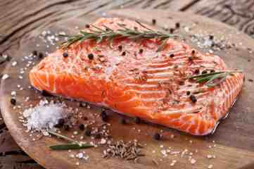 salmon-pepercorns-pepper-black-pink-red-chopping-board-wood-wooden-parsley-thyme-saly-fennel-healthy-heart-eating-eat