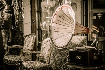 vintage-home-ideas-hollywood-glamour-interior-design-gramaphone-antiques-regency