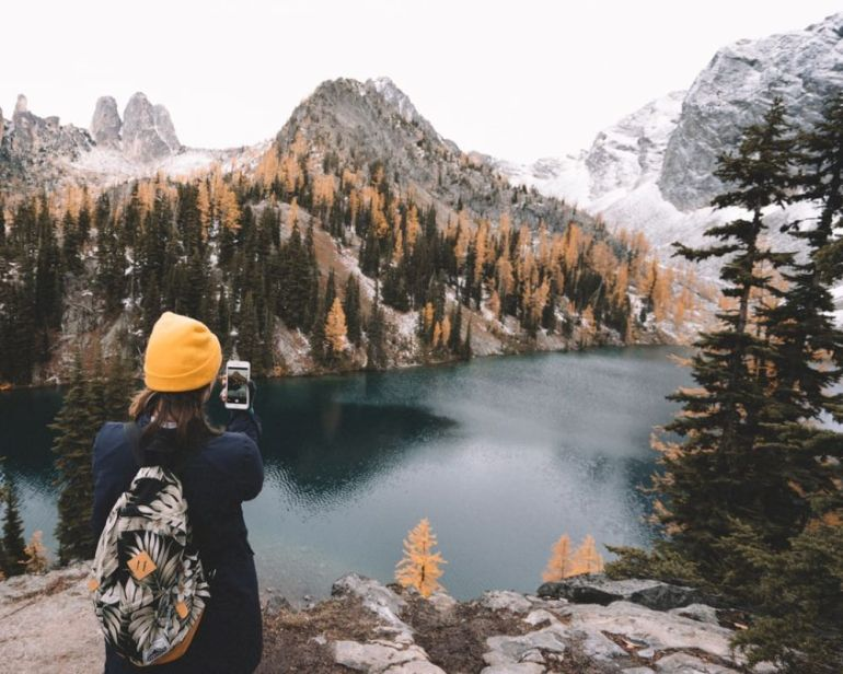 solo-travel-girl-in-mountains