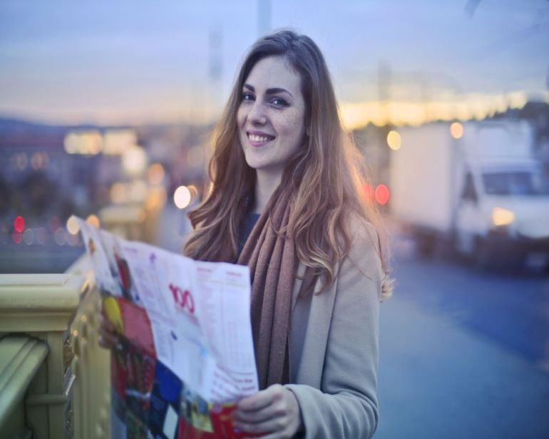 solo-travel-girl-with-map