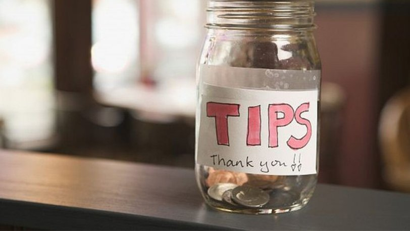 man leaves $1000 tip while blackout drunk then demands it back when sober