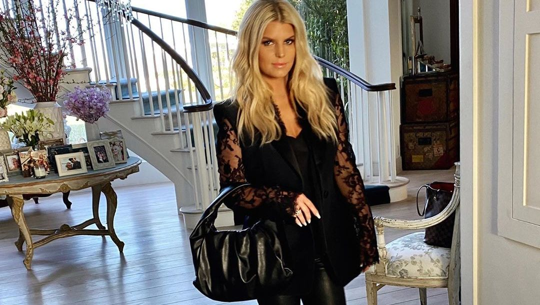 Jessica Simpson Stuns Fans With Yoga Pic After Her 100lb Weight Loss