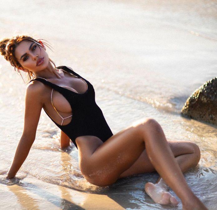 Kiki Morris Poses In Skimpy Bikinis To Flaunt Her Stunning Figure In Her Instagram Photos (11 Pics)