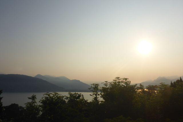 Lever du jour sur le lac Majeur (Italie)
