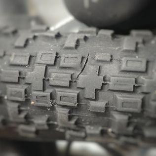 La coupure sur le pneu avant