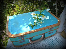 DIY wedding décor. Suitcase made from a nike shoebox