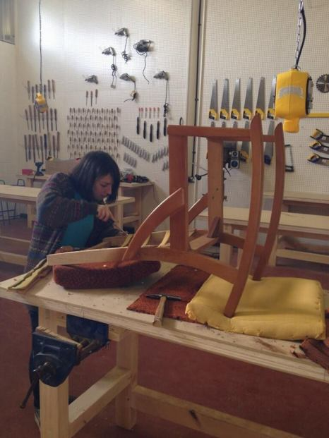 Learn how to fix a broken chair © TWITTER, THE BLACKHORSE WORKSHOP