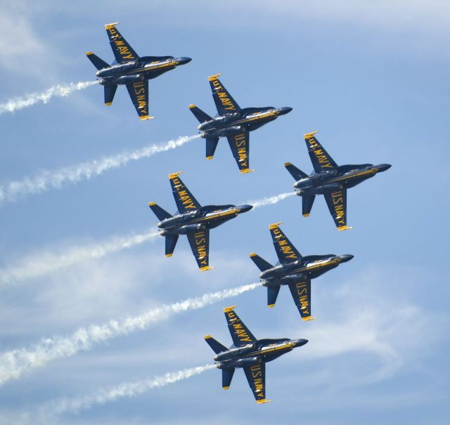 Blue_Angels_Flying_in_Delta_Formation_at_Miramar
