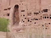 Die Nische mit Stützvorrichtungen, um einen Einsturz zu verhindern; die Sprengung hat zahlreiche Risse im Gestein verursacht