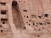 Die Nische mit den daneben befindlichen Wohnhöhlen der Mönche und Gebetsnischen