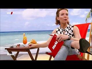 Anna Planken in enger Denims im Liegestuhl und Schneidersitz