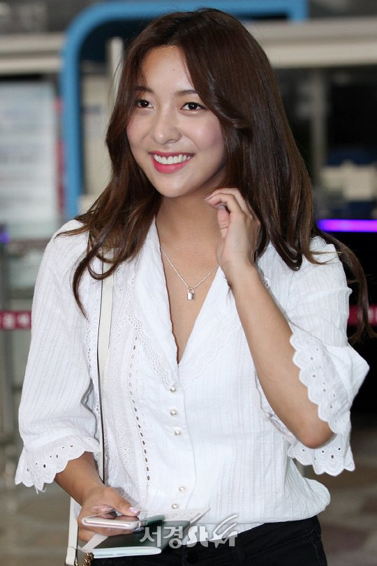 에프엑스(fx) 루나, 수줍은 미소~ (김포공항 출국)