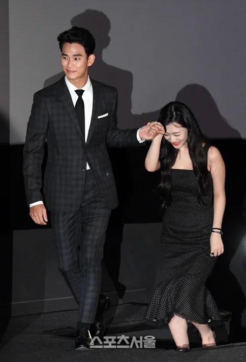 [SS포토]'리얼' 시사회, 설리의 손 잡아주는 김수현