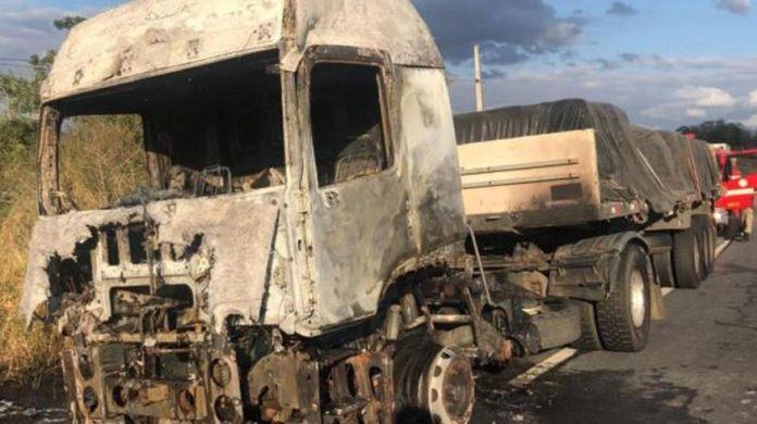 whatsapp image 2018 08 24 at 162615 696x390 - Caminhão pega fogo em rodovia próximo a Campina Grande
