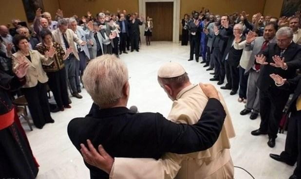 Papa Francisco abraça o pastor Giovanni Traettino, durante o encontro no Vaticano.