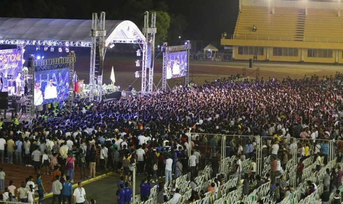 Milhares aceitam entregar suas vidas a Cristo após o chamado de Will Graham. (Foto: Earl Davidson/ABG)