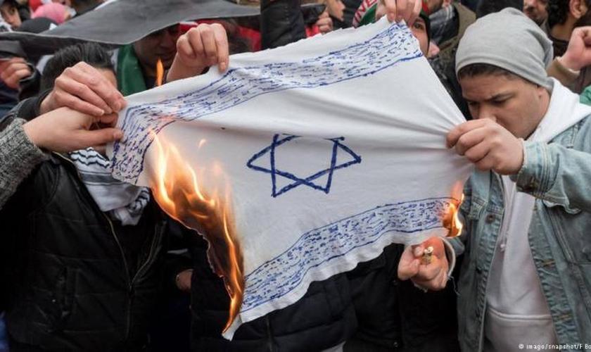 Representação da bandeira de Israel é queimada por antissemitas. (Foto: Reprodução/Snapchat)
