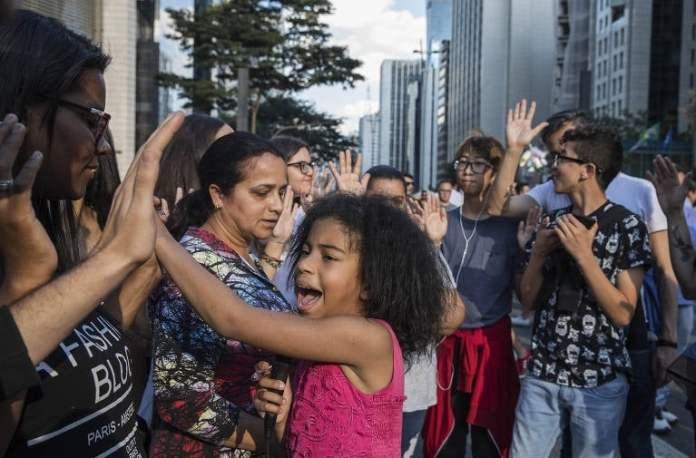 Minipastora Vitória de Deus interage com o público na Avenida Paulista. (Foto: Eduardo Knapp/Folhapress)