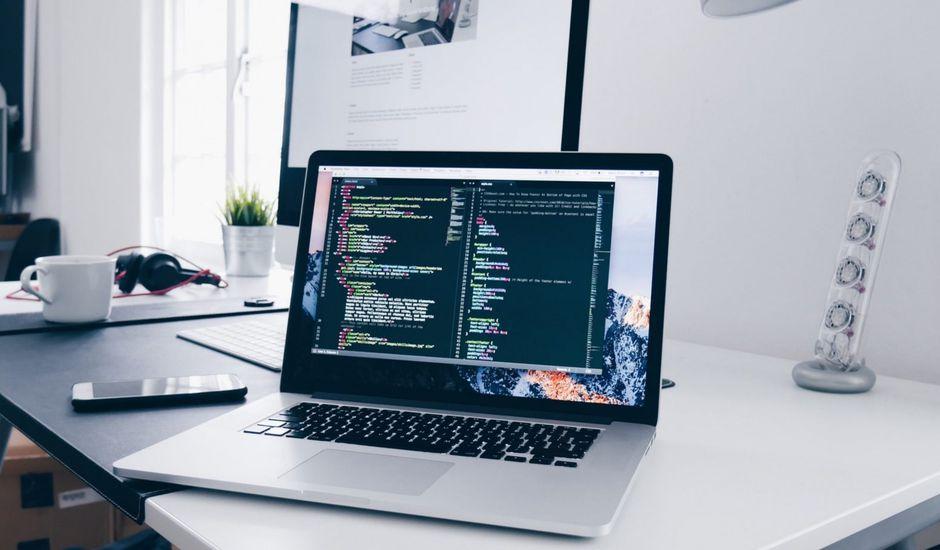 Un ordinateur avec des lignes de code