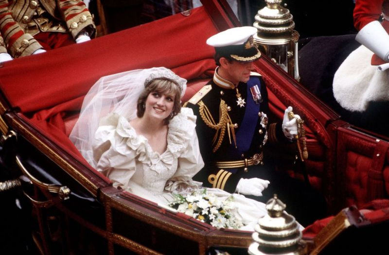 Diana and Charles in carriage on wedding day