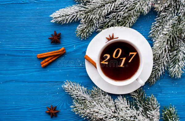 Взгляд сверху Нового Года чашки кофе на деревянном ...