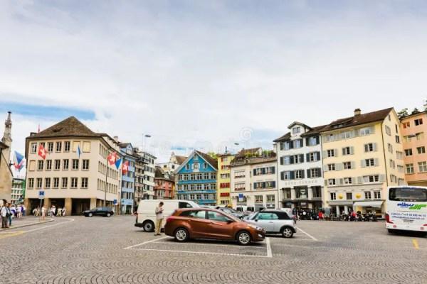 Взгляд улицы в Цюрихе Швейцарии Цюрих самый большой город