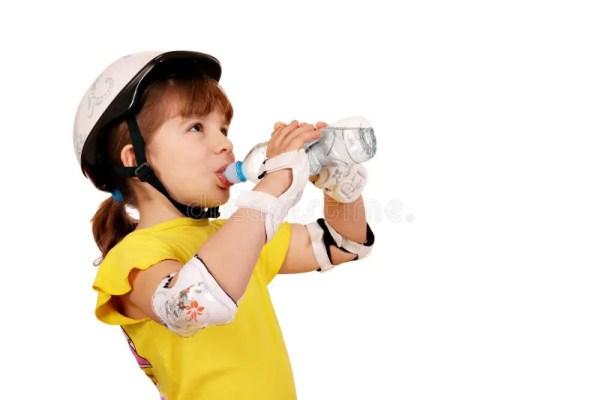 Кашевар маленькой девочки лижет сахар Стоковое Фото ...
