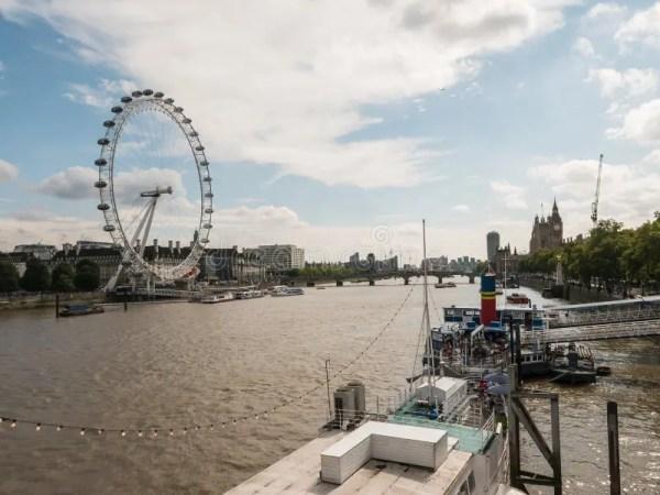 Городской пейзаж с глазом и Вестминстером Лондона на Реке ...