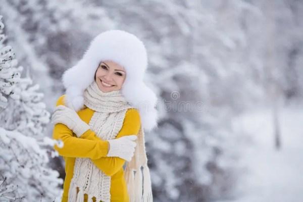 Девушка зимы снега Нового Года рождества красивая в белой ...