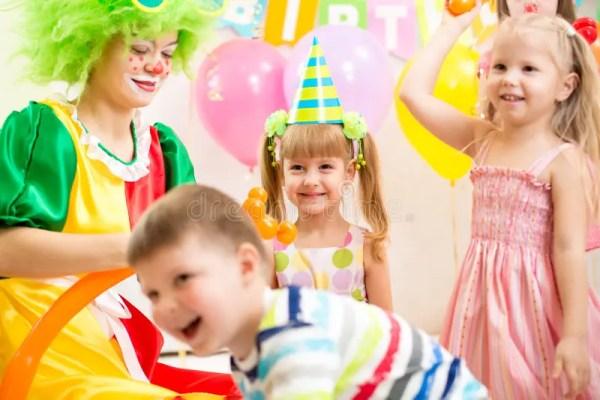 Дети собирают и дурачатся на вечеринке по случаю дня ...
