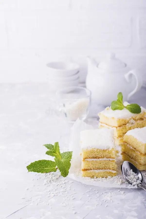 Домодельный свежий торт губки в сливк кокоса и хлопья на ...