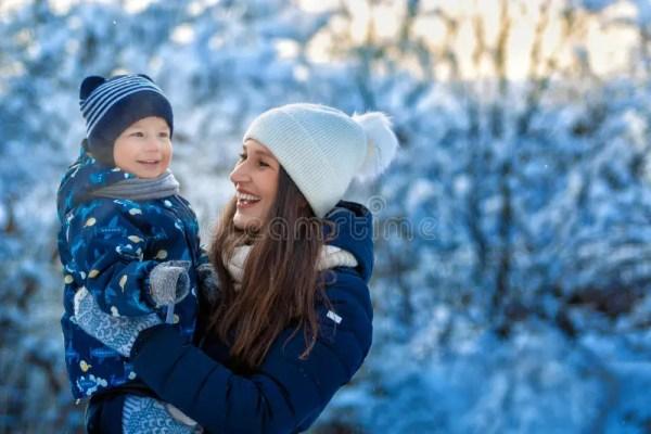 Портрет ребенка и беременной женщины Мальчик использует ...