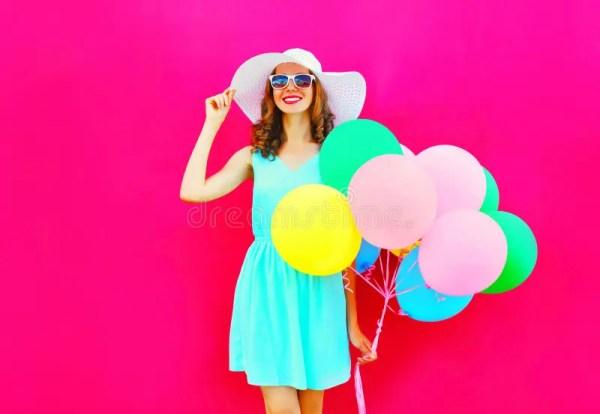 Женщина моды счастливая милая усмехаясь с воздушными ...
