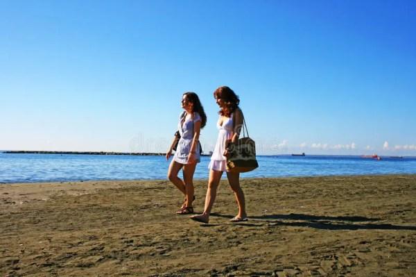 Женщины на пляже стоковое фото. изображение насчитывающей ...