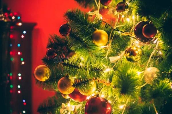 Комната красивого Нового Года живущая с украшенной ...