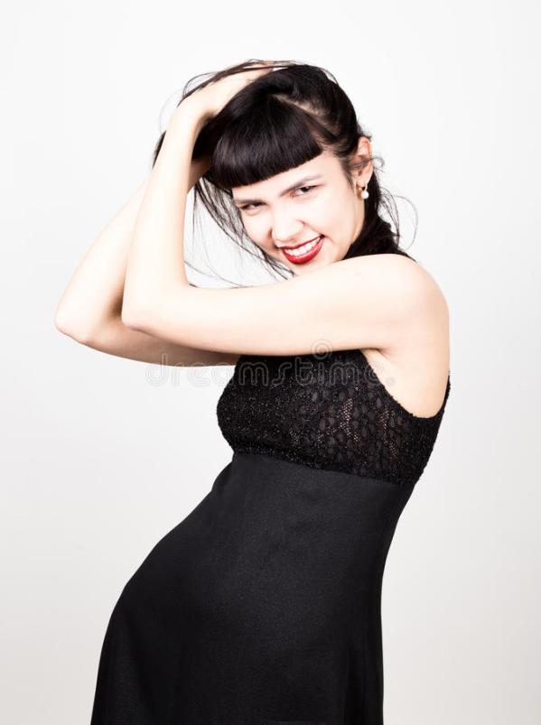 Красивая молодая женщина в коротком черном платье и черных ...