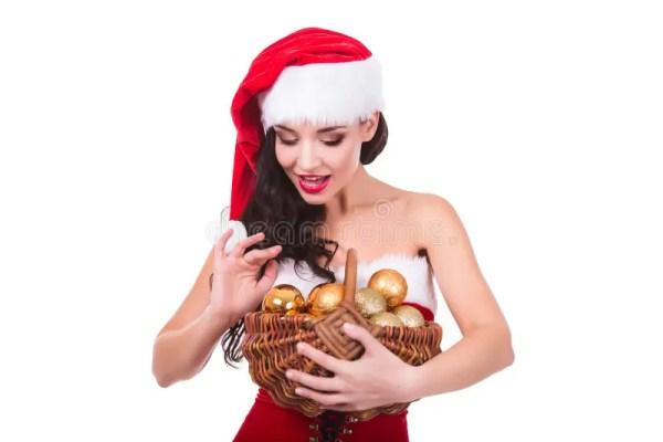 Красивая молодая женщина держа шарики рождества в корзине ...