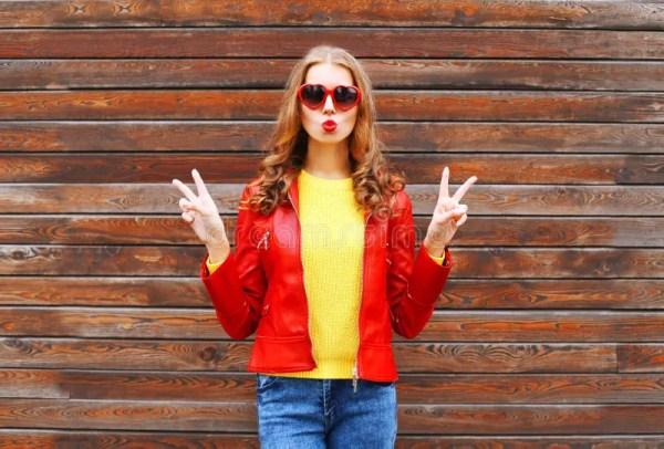 Красивая молодая женщина нося красную кожаную куртку в ...