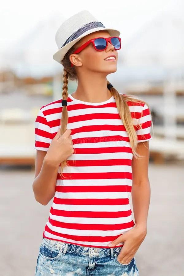 Красивая сексуальная девушка в шортах и Striped футболка ...