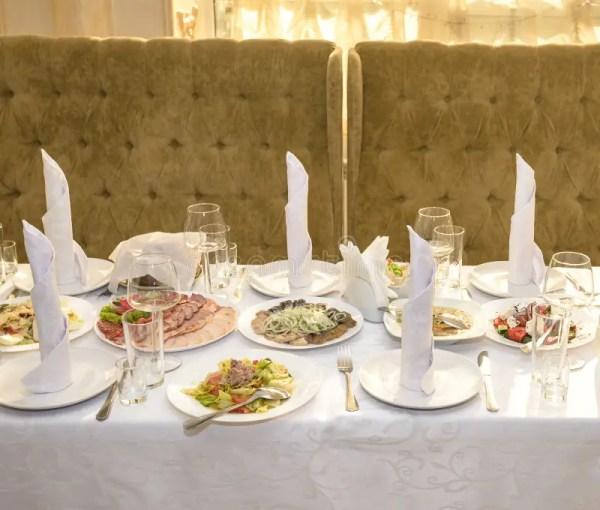 Красивая сервировка стола с посудой и цветками для партии ...